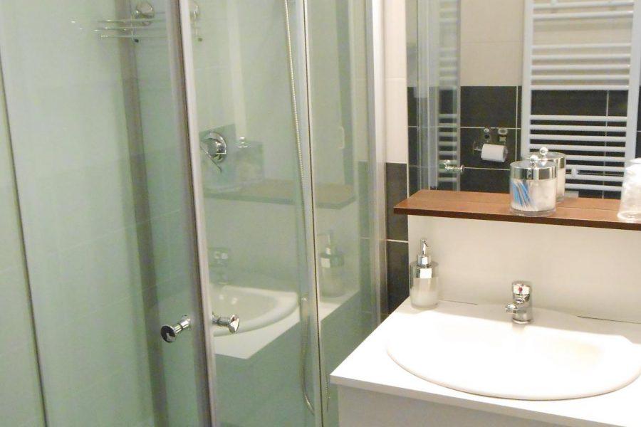 sdb meuble vasque Appart Beaucaire la Maison d'Olivier