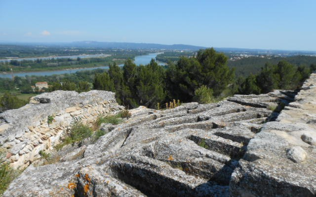 tombes abbaye troglodyte beaucaire