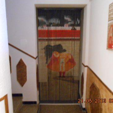 """L'entrée vers les chambres d'hôtes avec rideaux fil """"taureau"""""""
